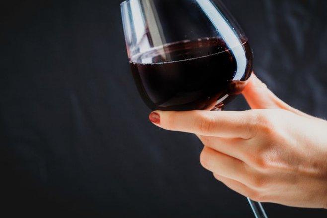 Какой алкоголь можно пить во время диеты: пиво или вино?